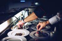 Aprovisionamiento y Montaje para Servicios de Catering. Habilidades y Competencias en la Dirección de Cocina. Realización de Elaboraciones Básicas y Elementales de Cocina y Asistir en la Elaboración Culinaria. Supervisión de las Operaciones Preliminares y Técnicas de Manipulación